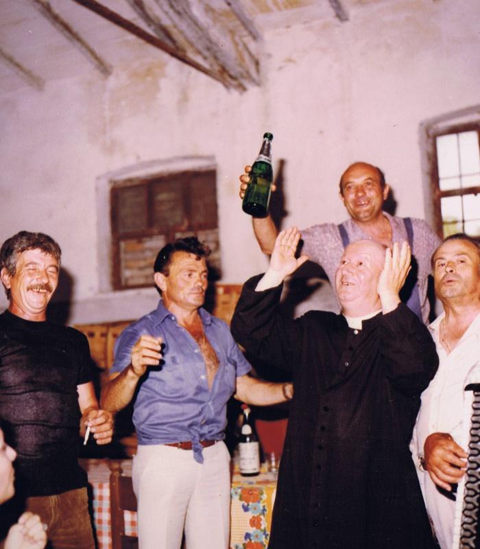 Foto storica della giornata: il sacerdote si diverte con la gente del posto a Casale Monticchio.